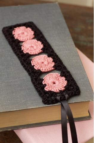 Marque-pages avec roses en crochet