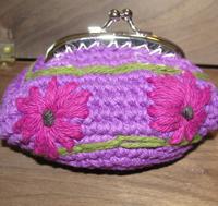 porte-monnaie au crochet avec des fleurs